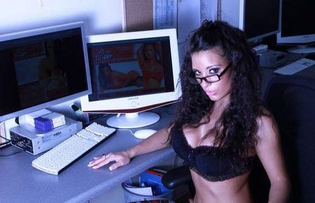 фото девушек перед веб камерой