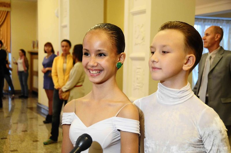 Прическу мальчику на турнир по танцам