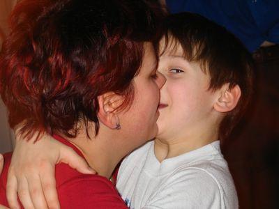 Мальчик в 12 лет стал отцом после связи с матерью школьного друга, фото 1 :